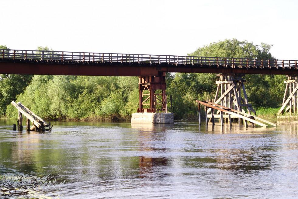 Єдиний в Україні великий дерев'яний залізничний міст. Розташований він у Млинку