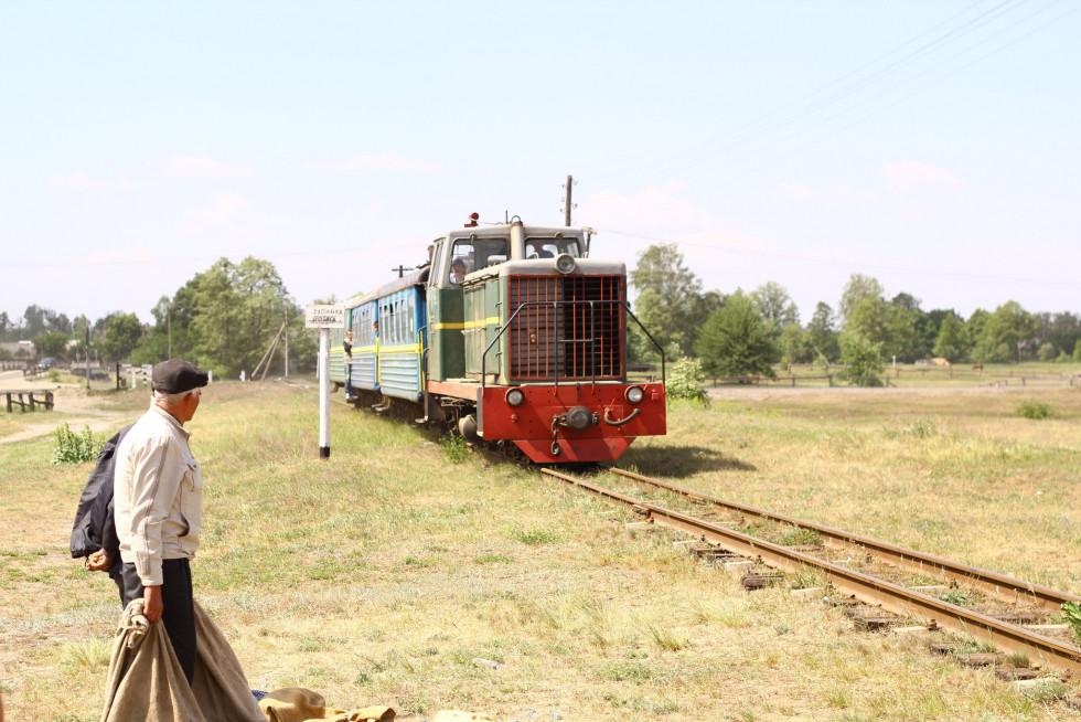 Фото 2018 року. Потяг іще курсував. Зупинка у селі Борове